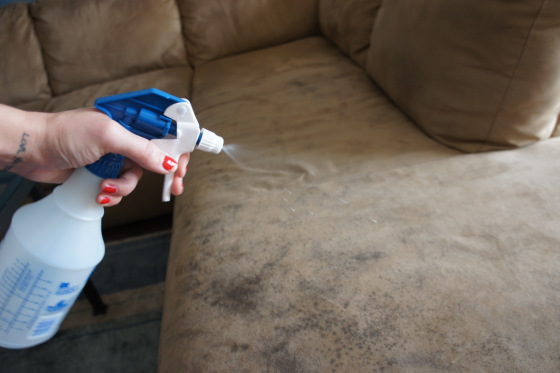 Cleaning microfiber couches, how to clean a microfiber couch, cleaning tips, popular pin, clean home, cleaning, clean couches, How To Clean Microfiber Couches