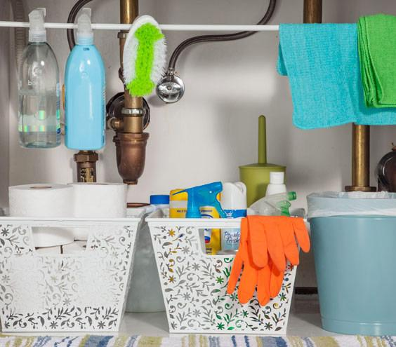 20-ways-to-reduce-clutter-with-tension-rods2