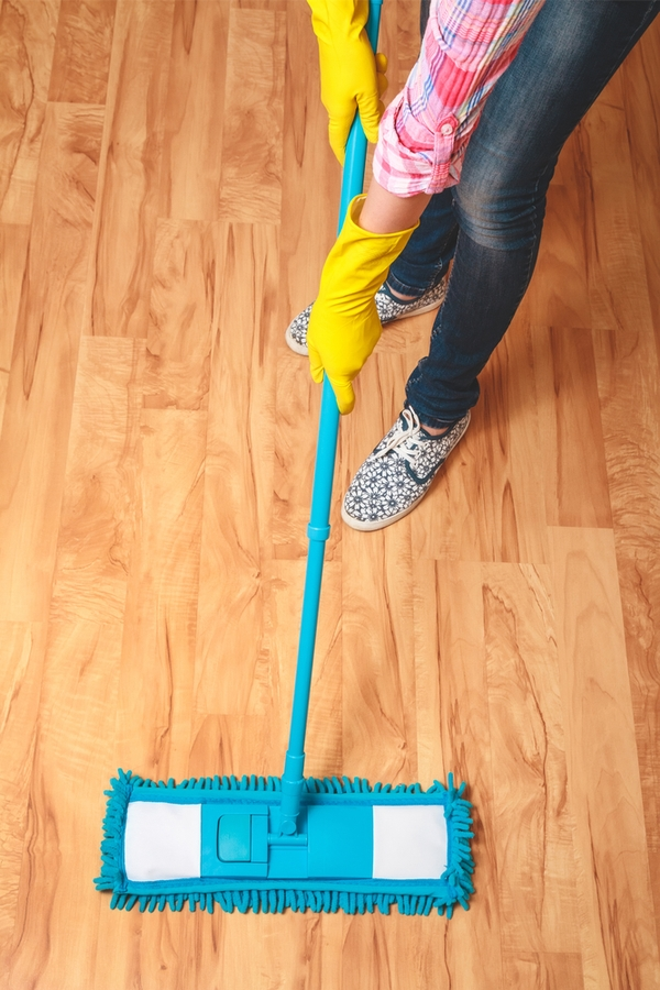 It can be tricky keeping your hardwood floors looking clean and beautiful. If you want to keep your floors clean, without harsh chemicals, here's how to clean hardwood floors naturally.