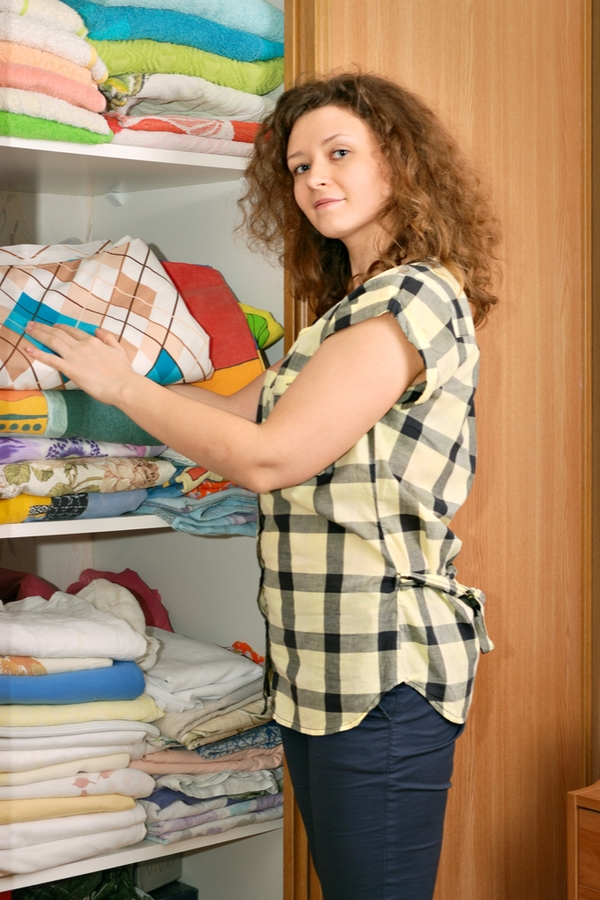 I'm back with another installment of my new series on monthly cleaning tips. Up next is the February cleaning checklist. If you're following along, you're set for a more organized linen closet and cleaner walls--among other things.